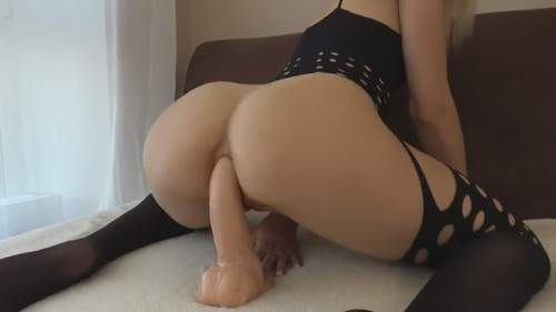 Amateurs - Big Booty Babe Rides A Realistic Dildo For Your Pleasure [HD/720p]