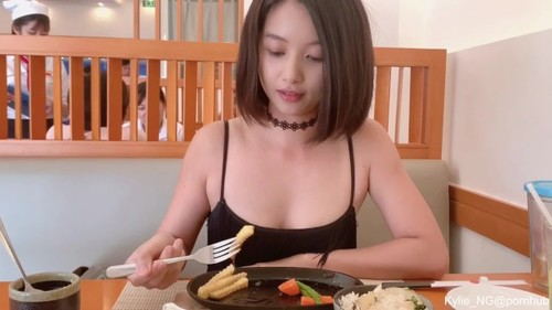 Kylie NG - Cute Asian Girl Flashing Butt Plug And Quick Pee At A Restaurant KylieNg (FullHD)