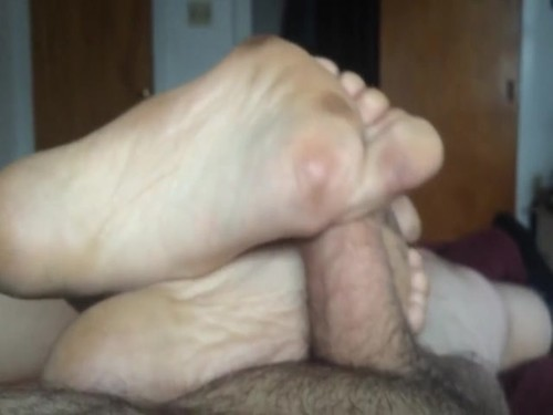 Amateurs - Wife Uses Her Sexy Feet To Make My Fat Cock Cum [SD/480p]