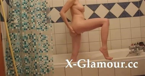 Amateurs - Hot Girl Gets Caught While She Showers (SD)