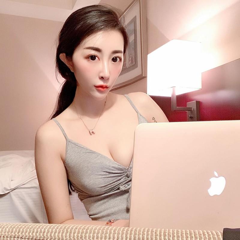 正妹Kimmy宮苡菲性感低胸用電腦包不住超兇上圍呼之欲出