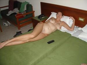 Erika je zralá žena s přirozeným tělem  úplně nahá