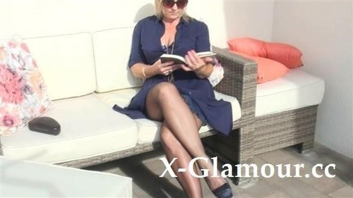 Amateurs - Mature Lady Sweating In Pantyhose (HD)
