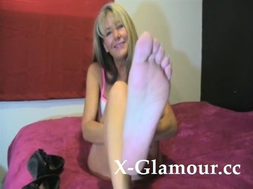 Nasty Blonde Milf Shows Her Sexy Feet For The Camera [SD]