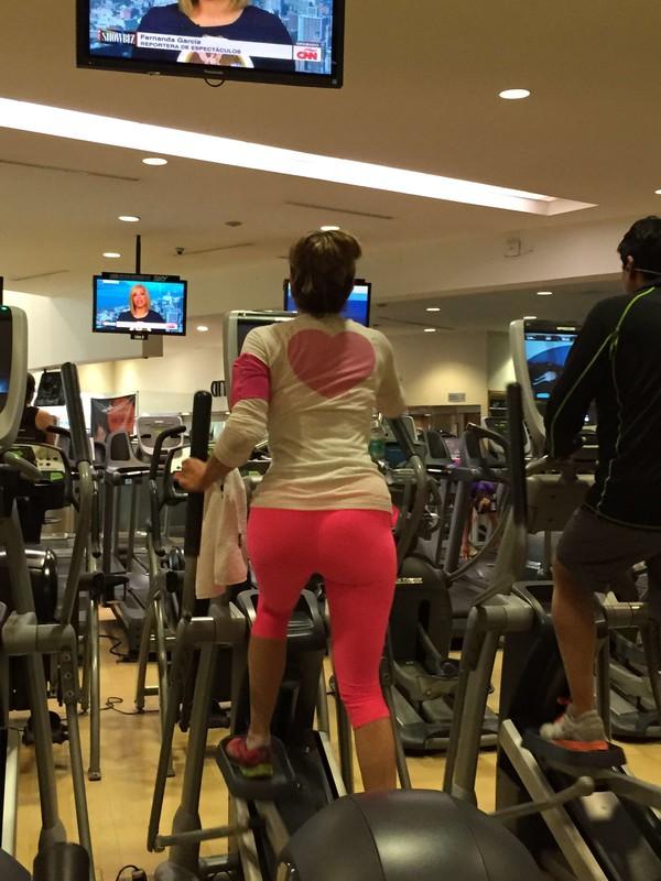 gym milf in pink capri leggings