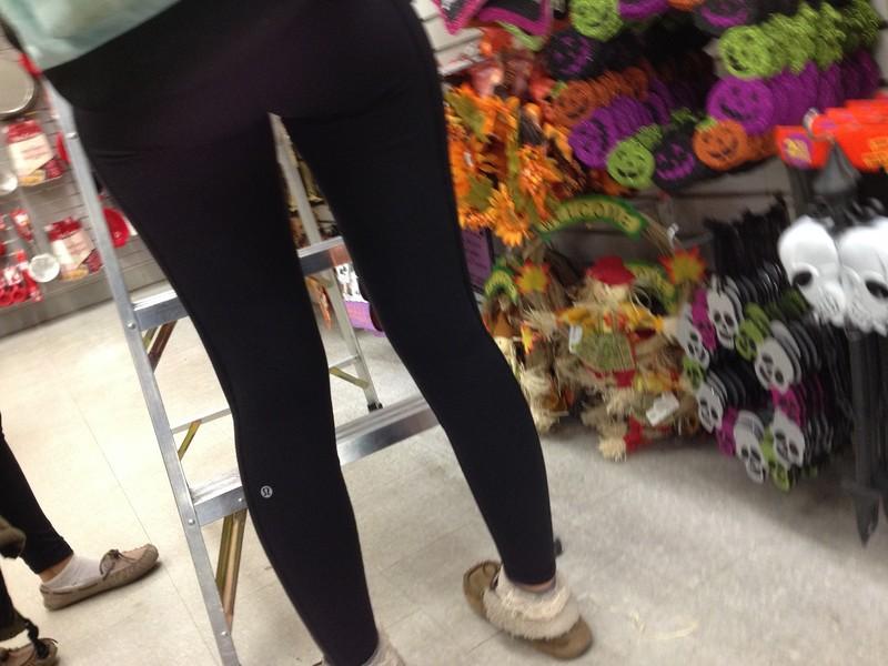 amazing legs in lululemon yogapants