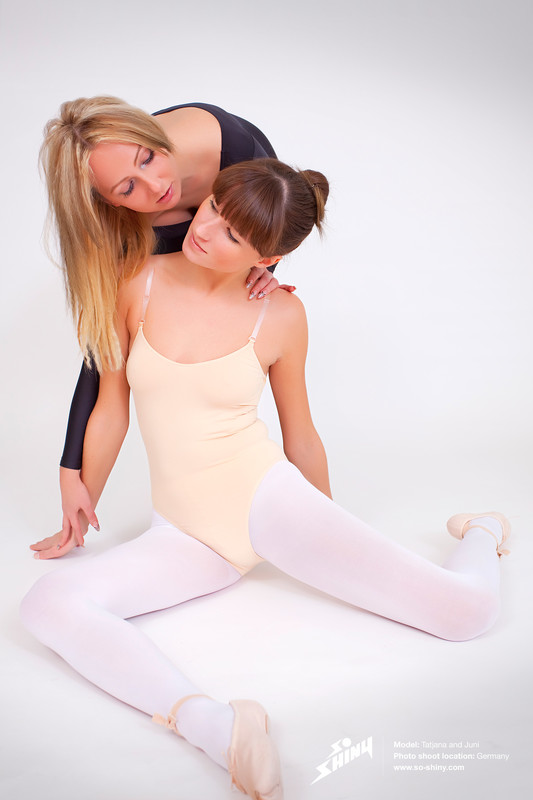 lesbian girls Juni & Tatjana kinky ballet photos