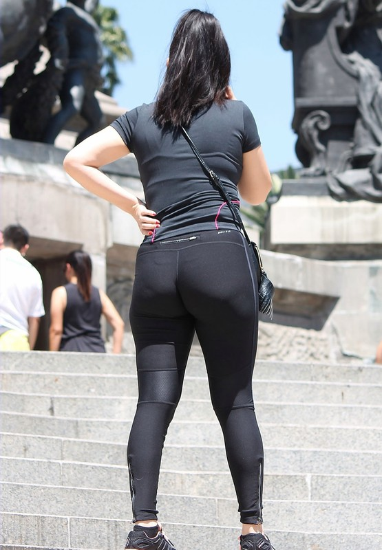 hispanic lady in kinky nike yogapants