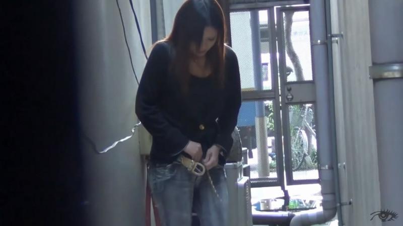 盗站流出街拍大神户外多视角连拍3位气质漂亮美眉内急难耐跑到楼