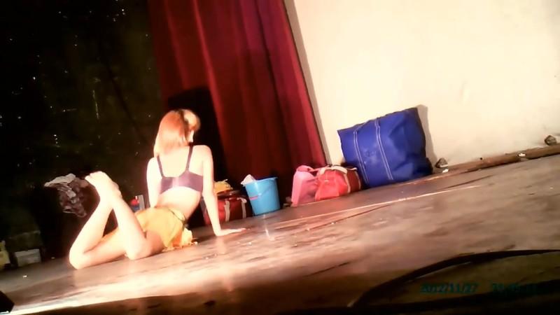 农村县城小剧场非常接地气的艳舞团脱衣表演随着音乐搔首弄姿劈开